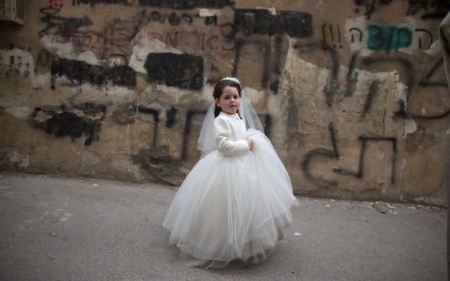 Une petite fille déguisée en mariée à Pourim (Crédit : AFP)