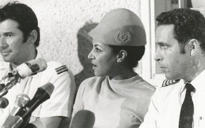 Uri Bar-Lev (à droite), Janet Darmijan et Abraham Eizenov lors d'une conférence de presse après leur retour en Israël - septembre 1970 (Crédit : autorisation archives El Al)