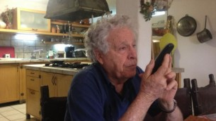 Uri Bar-Lev à son domicile au Moshav Avihayil (Crédit : Mitch Ginsburg/Times of Israel)