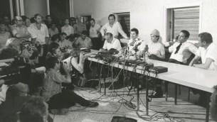 Uri Bar-Lev (avec la cravate) avec ses collègues face à la presse (Crédit : Autorisation archives El Al)