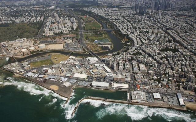 Vue aérienne du port de Tel Aviv (Crédit : Ilan Ered/Wikimedia commons)