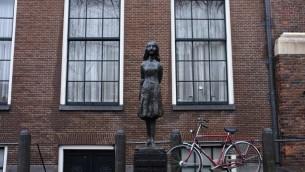 Vue de la maison où Anne Frank et sa famille se sont cachés à Amsterdam pendant la Shoah (Crédit : Nati Shohat/Flash 90)