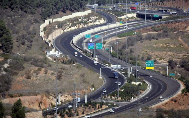 Vue sur la route 9 à l'extérieur de Jérusalem (Crédit : Abir Sultan/Flash 90)