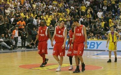 L'équipe de basket Hapoel Yerushalayim contre Hapoel Holon (Crédit : Haim Zach/Flash90)