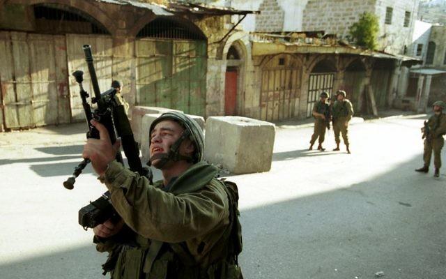 Des soldats israéliens patrouillent les rues de Hébron, en Cisjordanie, le 31 octobre 2001. (Crédit : Nati Shohat/Flash90)