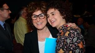 Yael Perl Ruiz (à gauche) et la conservatrice Simona Di Nepi (Crédit : autorisation de Beit Hatafutsot)
