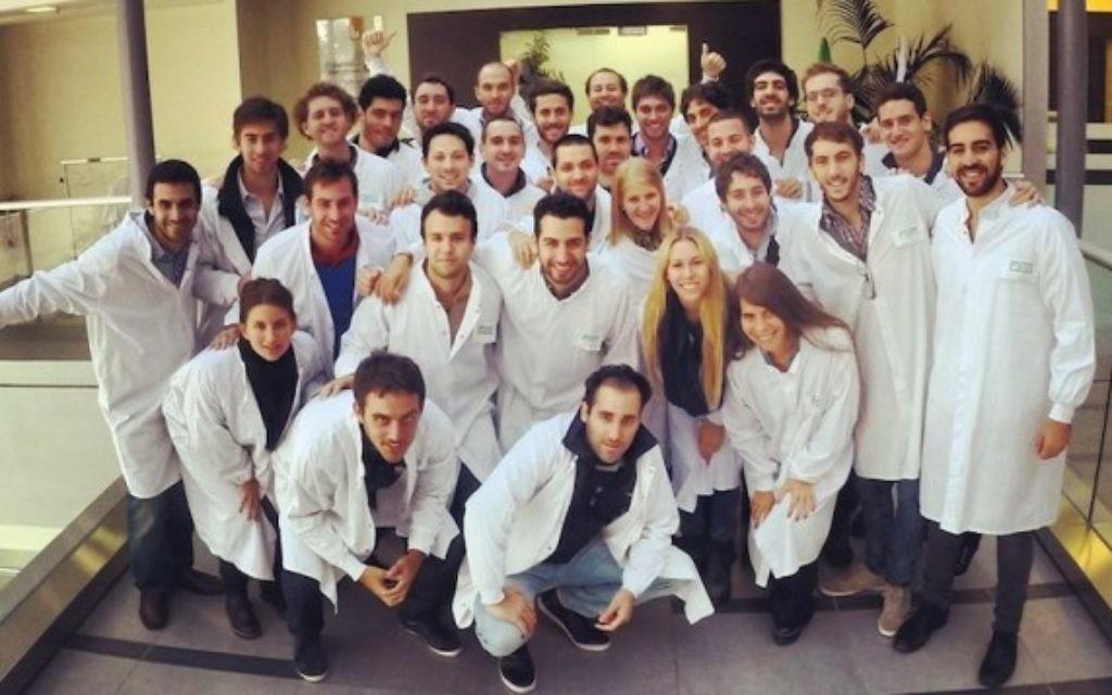L'équipe de Hilab visite les laboratoires pharmaceutiques Teva (Crédit : autorisation de Hilab)