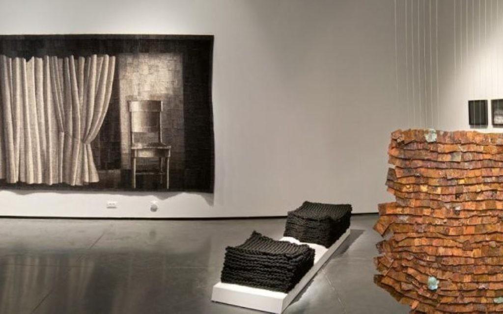 Une tapisserie en laine teinte à la main et une couverture en bois font partie d'une nouvelle exposition au musée Eretz Israel (Crédit : Leonid Padrul)
