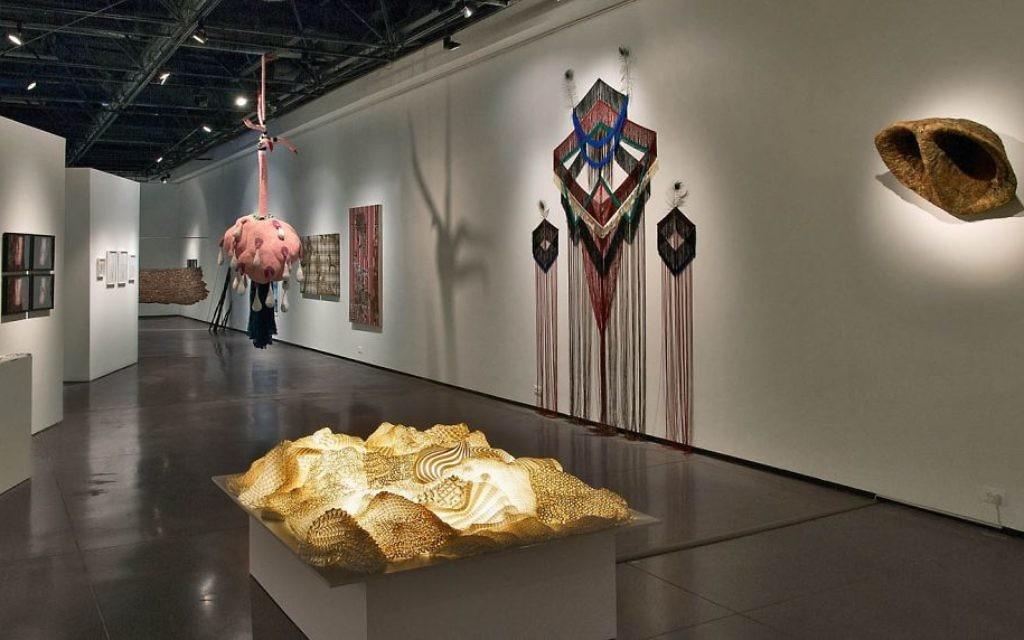 """50 artistes sont exposés à l'exposition """"la conscience du textile au musée Eretz Israel. (Crédit : Leonid Padrul)"""