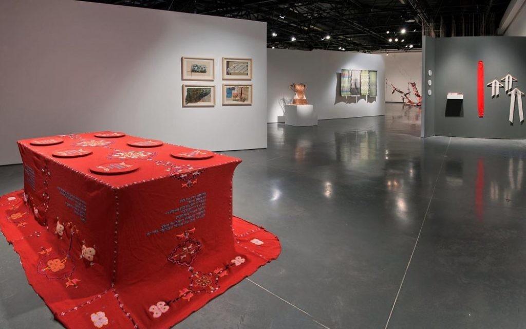 """Certaines oeuvres de l'exposition """"la conscience du textile"""" ont un aspect presque féministe tandis que d'autres se rapproche du design industriel (Crédit : Leonid Padrul)"""
