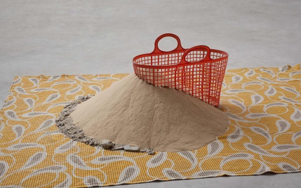 """De l'exposition """"Collecter la poussière"""" au Israel Museum : """"Toujours plus de sable"""" 2008-2013 de Dora Dominey (Crédit : autorisation du Israel Museum)"""
