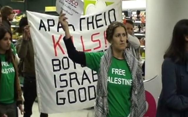 Des manifestants protestent dans un supermarché Tesco à Londres, pour le boycott des produits israéliens, mars 2011 (Crédit : Capture d'écran Youtube/Palestinian Solidarity Campaign West London)