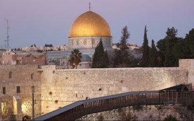 Le mur Occidental et le Dôme du Rocher dans la Vieille Ville de Jérusalem (Crédit : Nati Shohat/Flash90)