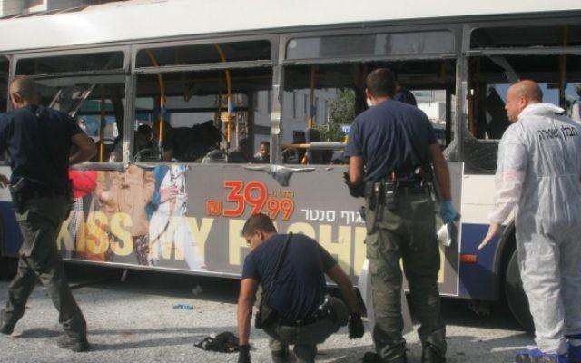 Le bus 142 après l'explosion en 2012 (Crédit : Roni Schutzer/Flash90)