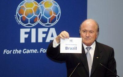 Joseph Blatter annonce que la coupe du monde 2014 se déroulera au Brésil (Crédit : CC BY Ricardo Stuckert/ABr/Wikimedia Commons)