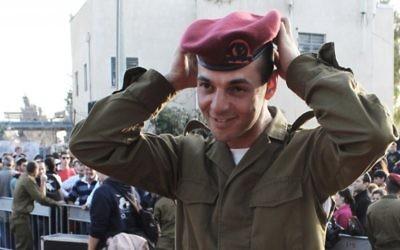 Le soldat Isaac Moyal, 29 ans, ajuste son beret rouge après la cérémonie (Crédit : Rebecca McKinsey/Times of Israel)