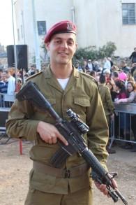 Le soldat Isaac Moyal, 29 ans, après avoir reçu son béret rouge de parachutiste à la cérémonie (Crédit : Rebecca McKinsey/Times of Israel)