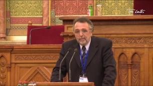 Le président de la fédération des communautés juives de Hongrie, Andras Heisler, lors de la conférence sur la vie juive et l'antisémitisme à l'institut Tom Lantos, octobre 2013 (Crédit : capture d'écran Youtube/Tom Lantos Institute)