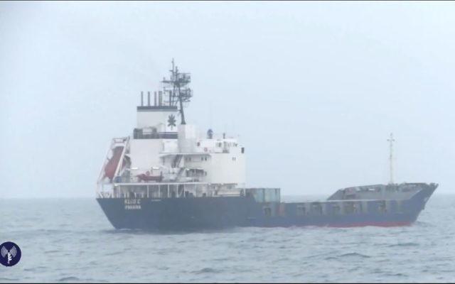 Tsahal a intercepté une cargaison d'armes en provenance de l'Iran et destinée au Hamas, sur le navire Klos-C (Crédit : capture d'écran Youtube/Tsahal)