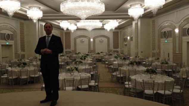 Le gérant Guy Klaiman dans la salle de bal Waldorf (Crédit : Jessica Steinberg/Times of Israel)