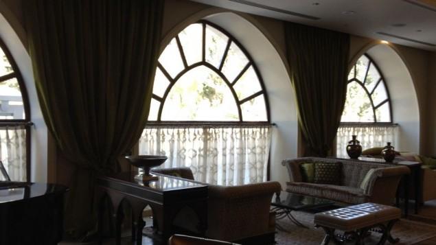 Le restaurant italien halavi de l'hôtel et ses fauteuils confortables (Crédit : Jessica Steinberg/Times of Israel)