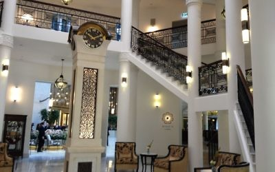 Les rampes art déco restaurées et une réplique d'une horloge du Waldorf Astoria à l'hôtel de Jérusalem (Crédit : Jessica Steinberg/Times of Israel)