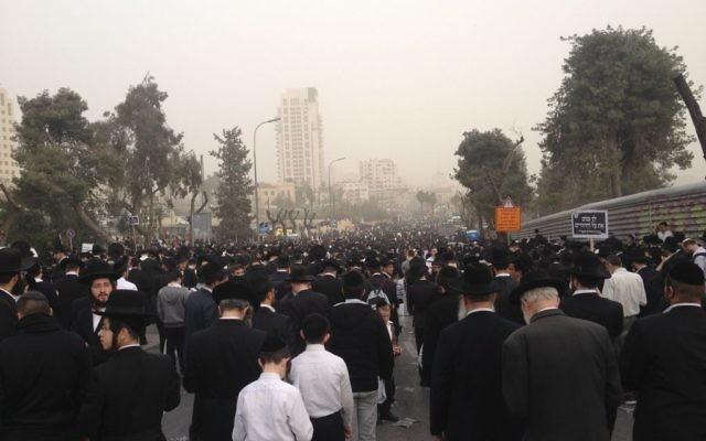 Des ultra-orthodoxes se sont rassemblés dans les rues de Jérusalem pour protester contre le projet de loi de conscription. 2 mars 2014 (Crédit : Mitch Ginsburg/Times of Israel)