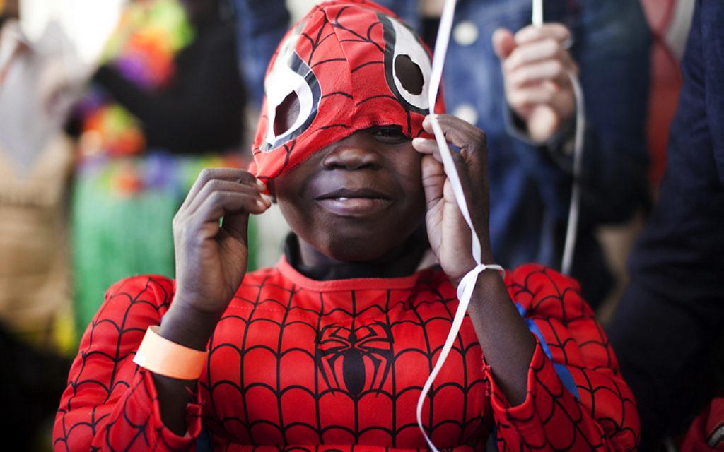Un enfant déguisé pour Pourim (Crédit : Dima Vazinovich/Flash90)