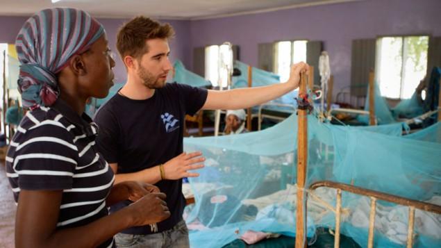 Un volontaire à l'hôpital de campagne d'IsraAID à Kakuma, au Kenya (Crédit : autorisation d'IsraAID)