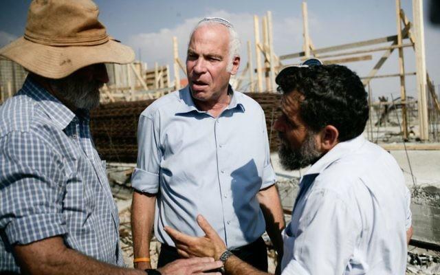 Le ministre du Logement et de la construction Uri Ariel (centre) lors d'une conférence de presse pour promouvoir la construction d'habitations dans l'implantation juive Tel Tzion, près de Jérusalem, août 2013 (Crédit : Flash90)