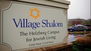 Voitures de police stationnées devant le Village Shalom, où l'une des trois victimes a été abattue par un homme armé, qui a ouvert le feu le 13 avril 2014 à Leawood, Kansas (Crédit : Jamie Squire/Getty Images/AFP)