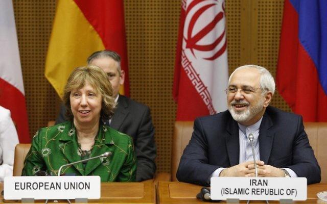 Le vice-présidente de la Commission européenne, Catherine Margaret Ashton, et le ministre iranien des Affaires étrangères Mohammad Javad Zarif à l'ONU à Vienne, le 8 avril 2014 (Crédit : Dieter Nagl/AFP Photo)