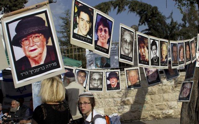 Une manifestation contre la libération de prisonniers palestiniens, des photos de leurs victimes sont accrochées, Jérusalem, le 1er avril 2014 (Crédit : Ahmed Gharabli)