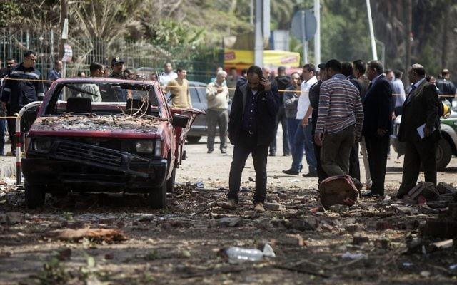 Deux bombes ont explosé, visant un poste de police situé près de l'université du Caire en Égypte, le 2 avril 2014. Illustration. (Crédit : Mahmoud Khaled/AFP)