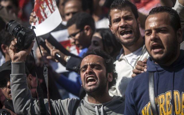 Des journalistes et des photojournalistes manifestent devant le syndicat des journalistes au Caire en opposition aux  attaques répétées contre la presse en Égypte, le 4 avril 2014 (Crédit : Mahmoud Khaled/AFP)