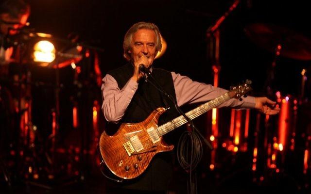 Le guitariste de jazz britannique John McLaughlin joue à Ramallah, le 9 avril 2014 (Crédit : Abbas Momani/AFP)