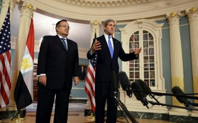John Kerry et Nabil Fahmy, ministre des Affaires étrangères (Crédit : Mladen Antonov/AFP