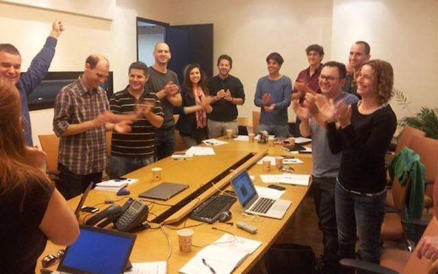 Des membres de 8200 EISP célèbrent la fin d'un séminaire au bureau d'avocats Pearl Cohen Zedek Lataer Baratz, des partenaires de 8200 EISP (Crédit : Autorisation)