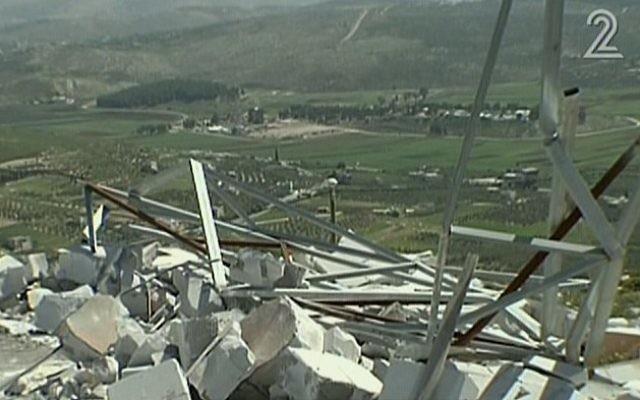 Les restes d'un poste de contrôle de l'armée israélienne, détruit par les habitants de Yitzhar, avril 2014 (Crédit : capture d'écran/Deuxième Chaîne)
