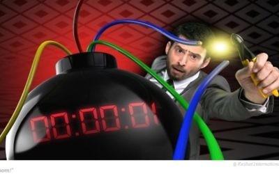 """Ido Rosenblum neutralise une bombe pour le nouveau jeu télévisé """"Boom !"""" de Keshet (Crédit : Autorisation de Keshet TV)"""