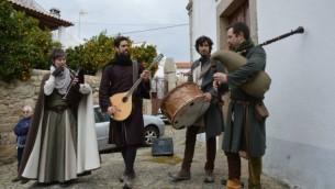 Acteurs distrayant les visiteurs lors de la célébration judéo-chrétienne de Pâque, le mois dernier, à Medelim, Portugal (Crédit : Beira Baixa TV via JTA)
