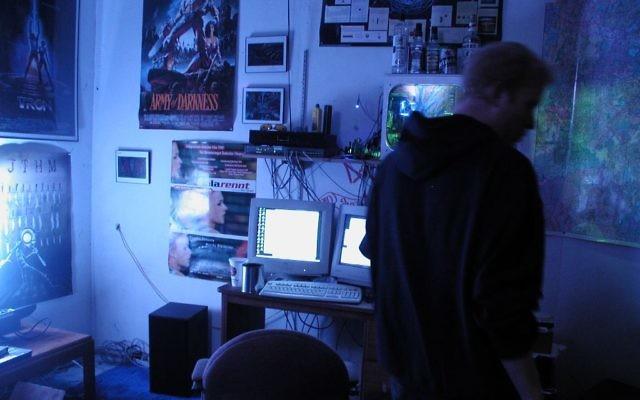 Al Sheedakim, un hacker et programmeur, dans son bureau à son domicile (Crédit : CC BY Brian Katt/Wikimedia Commons)