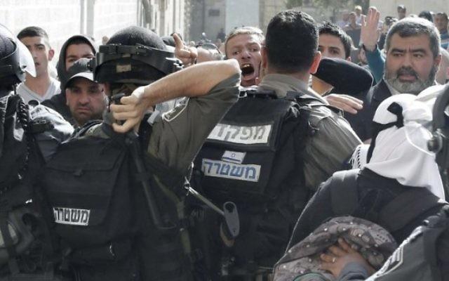 Altercation entre la police israélienne et des Palestiniens à l'extérieur de la mosquée Al-Aqsa (Crédit : Ahmad Gharabli/AFP)