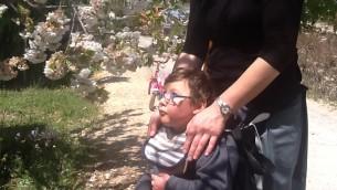 Amichai Avner, 4 ans, marche pour la première fois grâce au harnais UpSee (Crédit : Autorisation de Nomi Avner)