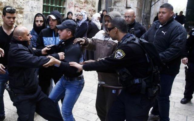 Bagarre entre des policiers israéliens et des Palestiniens à l'extérieur du mont du Temple dans la Vieille Ville de Jérusalem - 25 février 2014 (Crédit : Sliman Khader/Flash 90)