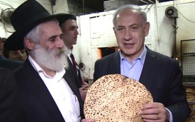 Benjamin Netanyahu à l'usine Shmurah (Crédit : capture d'écran YouTube)