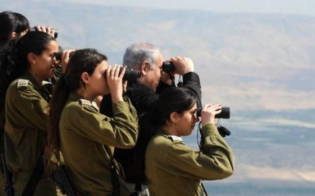 Benjamin Netanyahu et des soldats sur la vallée du Jourdain (Crédit : Moshe Milner/GPO/Flash 90)