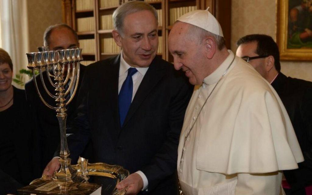 Benjamin Netanyahu et le pape François (Crédit : Amos Ben Gershom/GPO/Flash90)
