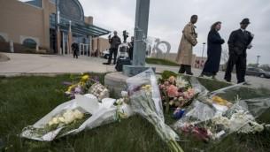 Bouquets de fleurs déposés devant le centre communautaire juif de Overland Park à la mémoire des victimes des fusillades (Crédit : Julie Denesha/GETTY IMAGES NORTH AMERICA/AFP)