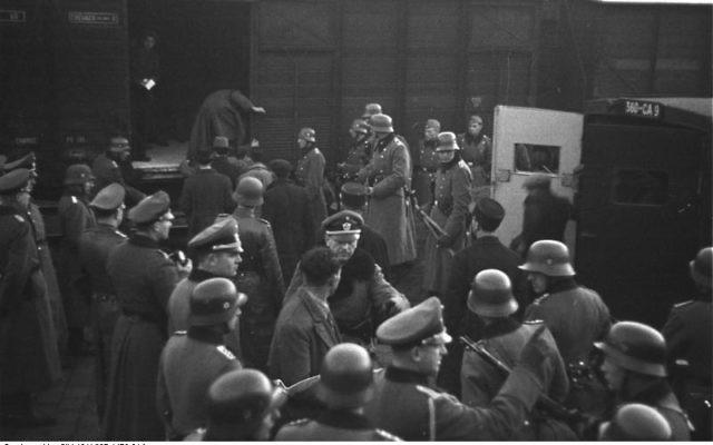 Déportation des Juifs par la police nazie à la gare d'Arenc à Marseille en 1943. (Crédit : Archives fédérales allemandes/Bundesarchiv, Bild 101I-027-1476-21A/Vennemann, Wolfgang/CC-BY-SA)